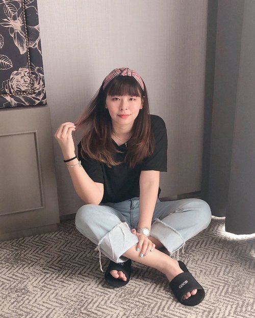 Can never go wrong with black t-shirt and denim! Pake bando biar lebih cute :3  Btw aku menyesal ga bawa pulang sendal hotelnya hahahah 😭😭 Haruskah ku staycation di situ lagi demi sendal? 🤔🤣 Kalian suka bawa pulang gituan ga sih? #japobsOOTD . . . #clozetteid #fashionbloggers #ootdbloggers #styleinspo #outfitinspo #outfitinspiration #koreanstyles #bloggerperempuan #kfashion #asiangirls #coordinate #wearjp #패션 #패션스타그램 #오오티디 #오오티디룩 #스트릿패션 #패션스타일 #今日の服 #今日のコーデ #コーデ #ファッション