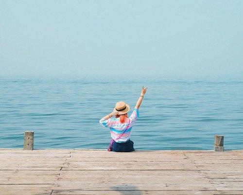 Rindu yang biru-biru aku tuh 😢 Pas lagi di Pulau Ayer ini bangun2 udah langsung ngeliat laut 🤗 #BigDreamerWander...#clozetteid #pulauayer #travelblogger #indonesiantraveler #idntravel #travelblog #femmetravel #ggrep #damestravel #girlsaroundtheworld #exploreindonesia #pesonaindonesia #vitaminsea #fashionblogger #lifestyleblogger #islandlife #여행 #여행스타그램 #여행에미치다 #旅行 #旅行記 #旅行大好き