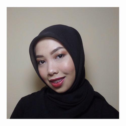 She smiles! -B. Hadid . .......... Ya i know my face is textured. Trims! . . . . #motd #makeup #redlipstick #blackfriday #blackonblack #crime #notrimeyebrow #clozetteid #notmua #daredevil