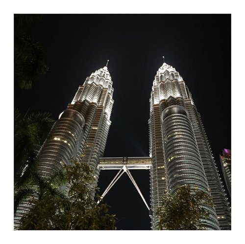 Done! Saatnya kembali mikirin masa depan. Ketika Twin Towers aja bisa bersinar cantik dikegelapan kenapa kita engga.  Hamdallah for everything. . . .  #twintowers #twintowerspetronas #petronas #kualalumpur #solotravel #solotrip #squaready #clozetteid  Sorry for spamming. if you feel uncomfortable, kindly to unfollow my page. Thank you.
