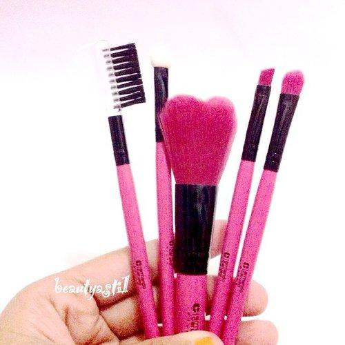 Got this Armando Carusso pinky mini brush set for beginner or travelling ✈️🚣💄 from @ayoubeauty and read the review + how to use brushes for makeup on 👉 http://beautyasti1.blogspot.com/2015/05/armando-carusso-mini-brush-set-review.html ❤️❤️❤️ DIRECT LINK IS ON MY BIO #clozetteid #beauty #cosmetics #brush #brushset #makeup #kuas #kuasmakeup #PINK #pinkbrushes #ayoubeauty #ArmandoCarusso #powderbrush #browbrush #eyeshadowbrush #cute #love #mini #travelling #beginner