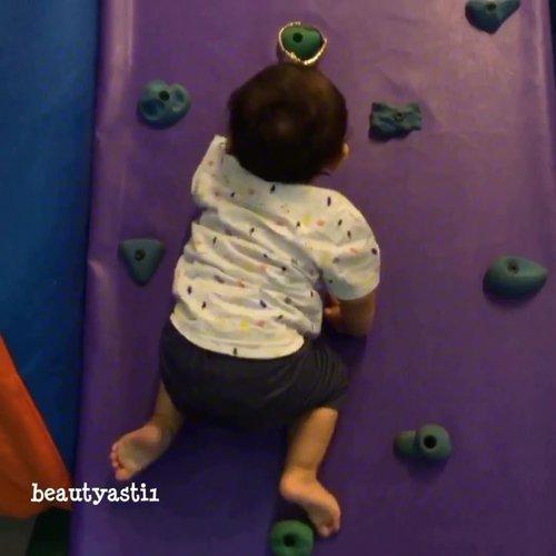 Nama : Baby Lim || Hobby : Manjat || Makanan favorite : Sweet Potato || Minuman favorite : Air putih || Item favorite : Mirror...#baby #clozetteid #funnybaby #babyvideo #babywallclimbing #wallclimbingbaby #wallclimbing #bayi #justbaby