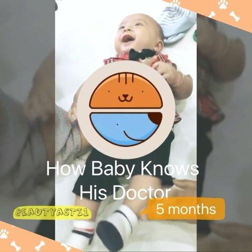 "Ternyata menginjak umur 6 bulan bayi sudah bisa kenal dan mengingat DSA nya.. Awalnya sih layaknya sahabat, tapi lama lama sang bayi menaruh curiga.. Dalam hati Baby Lim : ""Ko setiap ketemu bapak ini paha dede atit yaa"" 😂😂😂 . .  #baby #babyboy #babylim #babyvideo #babyanddoctor #clozetteid #bayi #doctor #instababy #justbaby #dsa #dokteranak #newborn"
