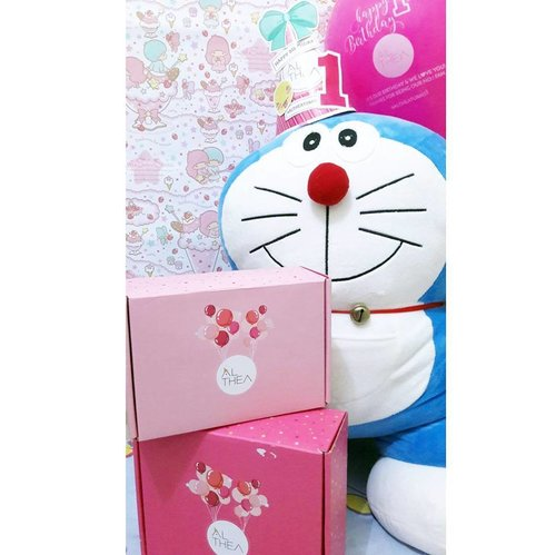 """""""お誕生日おめでとうございます!"""" Happy b'day @altheakorea !!! Althea Korea (id.altheakorea.co.kr) is one of my favourite online seller for Korean Cosmetics and skincare.. . As you see,  orders always come with the cute and lovely pink box 😍 No need to worry about fragile anymore.. . Engagement is their PRIORITY.. They always answer customer's questions on their social medias.. . When i felt worry about the shipping delay, they post delay delivery notices.. So, I can track my order on e-cargo website to know about the shipping details.. . Do u want to know about their #Giveaway? See the next pic ☺ UNBOXING Althea Korea Haul #comingsoon on #MeisUniqueBlog . #AltheaTurns1 #altheakorea #onlineshop #kbeauty #korean #makeup #trustedseller #indonesia #clozetteid #clozettedaily"""