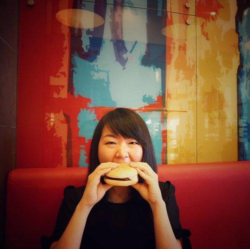 Mampir ke @lotteriaIndonesia buat coba'in Bulgogi Cheese Burger sambil ngerasa'in sensasi makan di restoran fast food ala Korea.. .Kalo mampir kesini, jangan lupa icip-icip bola ubi manis nya yaak.. Nagih banget buat dicemil'in.. 😍..Menu makanannya affordable dan semakin hemat kalo nunjukin @LPoint_ID card kalian (bisa dapat tambahan diskon 10% + cash back poin 0.5% dari total belanja).. Lumayan banget buat yg #CintaCashBack 😻..Cuss, join member L.Point di salah satu gerai Lotte terdekat.. ..Psst, buat yg lagi nonton ASEAN GAMES 2018, kalian bisa mampir ke Lotteria di GBK juga lhoo.. ..... #LPointID #jktfoodbang #promodiskon #foodyid #foodiesID #Lotteria #LotteShoppingAvenue #lotteriaIndonesia #clozetteID #jktblogger #bloggerID #jakartafood #foodiesJkt #foodjunkies #foodpics