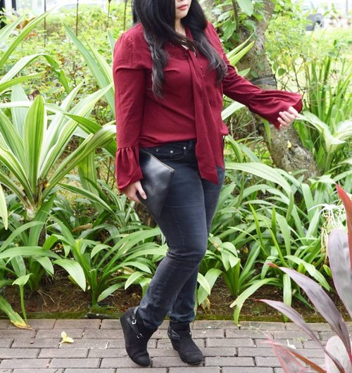 Next on blog about this red top ❤️ • • • • • #officelook #workattire #ootd #ootdshare #potd #ootdindo #lookbookindonesia #lookbookindo #indonesian_blogger #indonesianblogger #indonesiancurvyblogger #chictopiastyle #looksootd #ootdholic #outfithariini #ootdjourney #clozetteid #clozetter #instalike #instagood #fashion #blogger #fashionblogger #fblogger #fashiondiary #dyantara #dyantarastyle #aiachanfashionjournal #mommysblogger