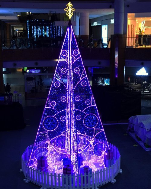 보라색트리 🎄💜•••••#christmas #celebration #christmastree #giantchristmastree #christmas2020 #merrychristmas #christmascelebration #festiveseason #sms #summareconserpong #christmasseason #holidayseason #potd #indonesian_blogger #clozetteid #inspiration #instalike #instagood #fashion #blogger #fashionblogger #fblogger #fashiondiary #instafashion #beauty #beautyblogger #bblogger #indonesianblogger #instabeauty #aiachantraveljournal