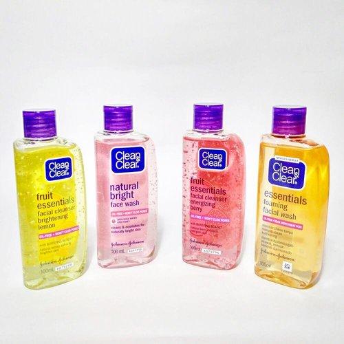 """📣 NEW POST ON #honeyvha.com 📣  Siapa yang sejak di bangku sekolah masih setia sama produk dari Clean & Clear? Brand ini punya persona yang remaja banget. Well, emang produk-produknya dikhususkan untuk temen-temen yang masih usia remaja sih.  Tapi nggak menutup kemungkinan kalau Clean & Clear juga bisa dipake sama kita yang masih di fase usia """"young adults"""". Aku sendiri masih pake facial wash-nya.  Semua info seputar produk Clean & Clear yang aku punya udah ku jembreng semua di blogpost terbaruku. Link is on bio ya gaiz!  Psst, kamu sendiri suka produk apa dari Clean & Clear?"""
