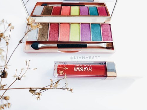 Haiiii! Setelah sekian purnama akhirnya aku posting foto produk lagi ya. 2 Produk yang ada di foto aku dapatkan dari @beautiesquad dan @sariayu_mt -- Temen-temen instagram pasti udah tau kan tentang #SariayuColorTrend2018 ? @sariayu_mt Inspirasi Jakarta memiliki 2 Eyeshadow Kit, 7 Matte Metallic Lipstick dan 7 Matte Lipcream. Semua produk @sariayu_mt Color Trend 2018 ini memiliki kandungan Ekstrak Kersen yang tinggi akan Vitamin C dan Vitamin E yang tinggi antioksidan, membantu menjaga kesegaran kulit dan melindungi kulit dari iritasi dan sinar UV -- Reviewnya udah tayang loh, bisa lihat di www.lianaeka.com/2018/07/sariayu-color-trend-2018.html (Link on Bio) -- #Beautiesquad #BeautiesquadReview #BeautyPloration  #RollYourNatural #BeautiesquadxSariayu #SariayuColorTrend2018 #clozette #clozetteid #lianaekacom #beauty