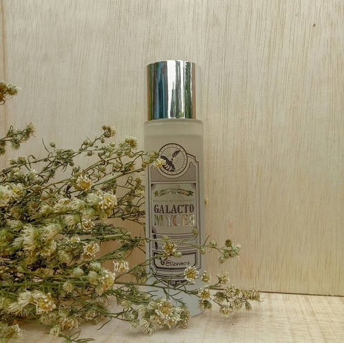 #Elizavecca Galactomyces Ferment Filtrate 100%  A 100% galactomyces ferment filtrate essence protect skin, helps balanced oil and moisture to tired skin. The ingredients written on the packaging of this product are galactomyces ferment filtrate 100%, meaning that this product has no content other than galactomyces.  This product is very fast to absorb because it has a liquid texture like water (there is a video on the last slide). This product also has no fragrance or maybe because I can't smell it hehe :D  Opinion : I've been using it for about 2 weeks. I use this on the step toner because the liquid texture is not like essence in general which is slightly thicker. After wearing, I feel my face is fresher and more moist.  #koreanskincare #skincarekorea #skincareroutine #skincare #skincarejunkies #clozetteid #lianaekacom #beautiesquad #idskincarecommunity #hbbv #kbbv
