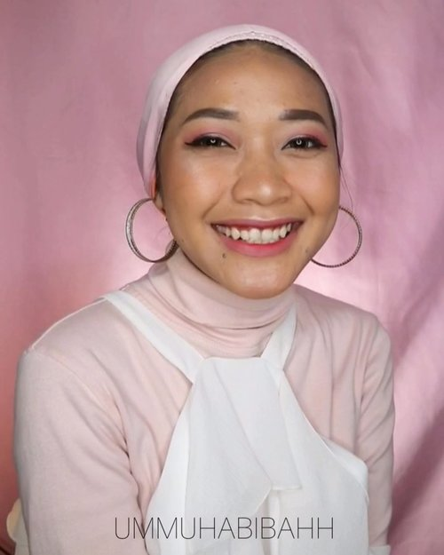 "Hai hai haiSelamat berlibur diakhir pekan, makeupan dlu sebelum jalan"" hihihiProduct:@mustikaratuind High Coverage Foundation (nude beige)@lagirlindonesia Pro Matte HD high definition long wear matte foundation ( Soft honey)@byscosmetics_id Brightening stick (yelow)@pondsindonesia Magic Powder BB@morphebrushes eyeshadow@wardahbeauty blush on@makeoverid Rich Glow face highlighter @pixycosmetics Lipcream (08 delicate pink)@absolutenewyork_id Click Glossy Color ( venetian)#pinkmakeup #datemakeup #motdummu #clozetteid #indobeautyvlogger #indobeautygram #tampilcantik #tipskecantikan @indobeautygram @indobeautysquad"