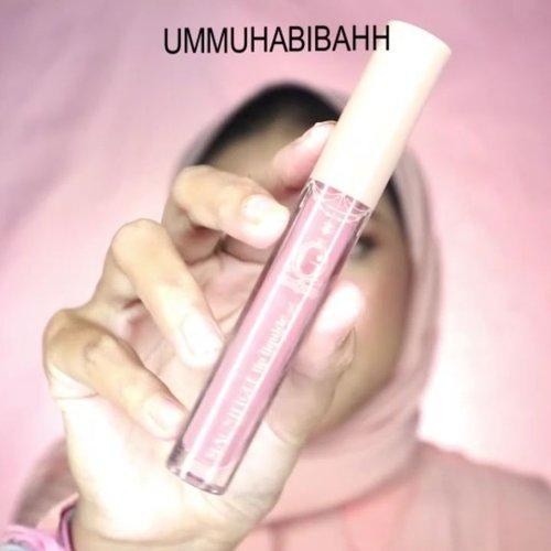 Ombre lips tapi gk mau keliatan bibir tipis? Fix itu gue 😂.Nah aku share ni cara pakai nya yg biasa aku pakai.1. Jangan lupa menggunakan lip butter / lip balm biar bibir tetap lembab.2. Pilih shade yg nude pucat gitu untuk diaplikasikan di garis bibir.3. Pilih shade merah atau pink untuk di bagian tengah bibir.Product.@nivea_id Lip Butter.@madame.gie Lipcream (404).@fanbocosmetics Matte Lipstick (F10)....#ombrelips #lipswatch #lipstick #clozetteid #makeupdaily #dailymakeup #makeupnatural #tampilcantik #zonacantikwanita