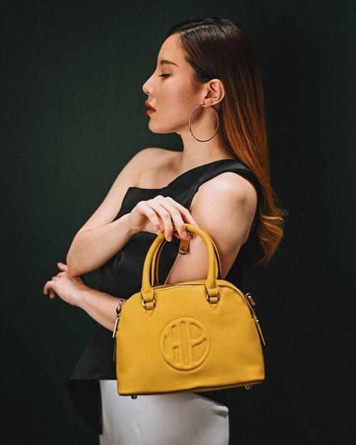 [GIVEAWAY # 6] . #yanitasyagiveawayparade x @hushpuppiesid . Jujur jatuh cinta banget pas lihat Mustard Bagnya Hush Puppies ini dipajang di store. Disini aku dan @hushpuppiesid mau memberikan Grate Top Handle in Yellow bag seharga IDR 1.199.000,- ini untuk 1 orang pemenang yg beruntung. Btw tas ini aku pilihin khusus untuk kalian loh 🤗 💛 Semoga suka sama tas pilihanku. Caranya : . 1. Like, save, dan share postingan ini 2. Follow Instagram @yanita.sya @hushpuppiesid & @transmarcogiftvoucher 3. No private or fake account  4. Kasih tau kenapa kamu suka pakai produk Hush Puppies 5. Tag 5 teman yg mau kamu ajak untuk ikutan giveaway ini dan tambahkan hashtag #HushPuppiesxYanitaSya . *Boleh comment sebanyak2nya **Periode Giveaway berlaku hingga 5 Februari 2021 . Have fun and good luck 🎉 . . . . #giveaway #giveawayindo #infogiveaway #clozetteid #giveawayindonesia #freebies #giveawaytime #giveaway2021 #giveaways