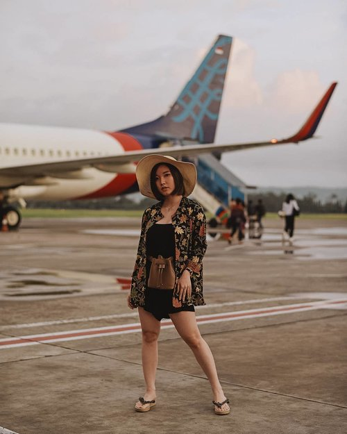 Biar anti mainstream, ootdnya ga di ruang tunggu airport, langsung di lapangan terbang sekalian sama pesawatnya 😆 ✈ @samseite  Styling up basic black romper with @flikestore outer + @kokkakuma waistbag. . . . . . #fashionista #fashionblogger #fashionblog #outfitoftheday #fashion #photooftheday #style #instagood #lookbook #lookbookindonesia #photography #airportfashion #ootd #photo #potd #model #happy #picoftheday #clozetteid