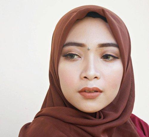 Kalau posenya mangap dikit, pipi tumpahnya tidak tertutupi. Hihi tapi aku kok suka pipi tembem ya 😂😂 anyway ada yg bisa nebak aku pakai lipstick apa? Kalau mau tahu jawabannya klik link di bio ku donk 😄❤. Oiya, ini makeupnya sama seperti foto sebelum ini, cuma ganti jilbab, warna lipstik, dan lokasi foto. Beda cahaya beda hasilnya 😌  #ErnysJournalBlog #ErnysJournalDaily #ErnysJournalMakeup #MakeupAddict  #MakeupLook #NaturalMakeup #BloggerCeria #ErnysJournalReview #ClozetteID #Makeup
