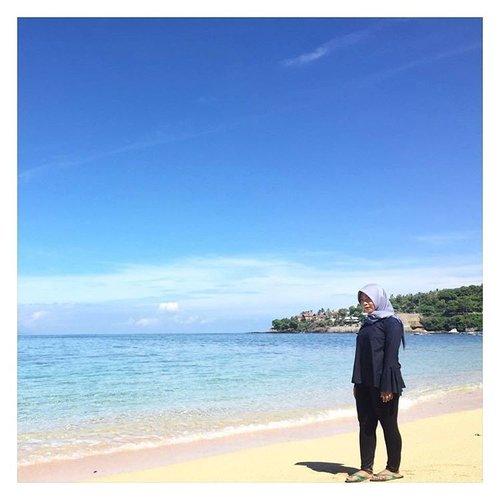 #TravellingHalal day 3 kami ke Pantai Senggigi. Ternyata pantai ini punya dua pasir yang berbeda lho. Pantai tempat kami main canoe pasirnya berwarna abu-abu gelap kehitaman. Sementara di sisi yang lain, warnanya putih kekuning-pink-pink an seperti di foto ini. Perpaduan warna air yang biru bergradasi dengan pasie berwarna terang dan langit biru cerah membuat pantai ini terlalu sayang kalau nggak dijadikan latar buat foto. Iya nggak sih? 😆  #ErnysJournalTravel #RwePiknikLombok #RweTravelDiary #TravellingHalal @Rwebhinda #Travel #Beach #BeachLife #ExploreLombok #Clozette #ClozetteId