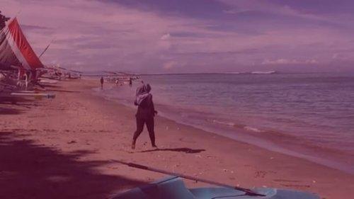 #TravellingHalal day 3 goes to Senggigi Beach. Lari-lari cantik di pantai, mainan air, dan hepi banget!  Oiya, Senggigi ini punya karakter yg unik lho. Pasirnya dua warna. Yg pertama hitam dan di bagian lain putih ke pink-pink an. Cantik banget! Sampai berdecak kagum sambil Masya Alloh-in mulu. 😁  @rwebhinda  #TravellingHalal #RweTravelDiary #RwePiknikLombok #HalalTravelLombok #ClozetteId #clozette #travel #beachlife #beach #explorelombok