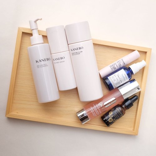 Since the skin is getting real better today, time to get back with the active ingredients.  1⃣ Cleanse with #Kanebo chrono beauty cleansing oil. 2⃣ Layer on hydration wirh #kanebo chrono beauty first serum and moisture flow rich lotion. 3️⃣ #Onomie ACE illuminating eye treatment. 4️⃣ Treat with #VotrePeau x #MaharisClinic vitamin c and #Clinique moisture surge concentrate. 5️⃣ Seal the hydration with #BlossomJeju camelia seed oil.