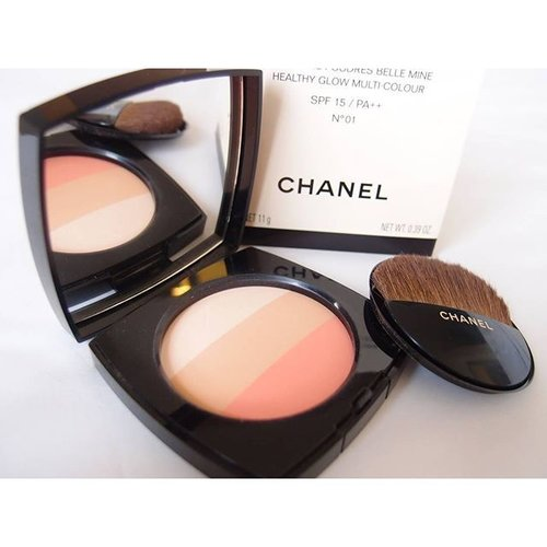 An opened look of the Chanel Les Beiges Multi Colour No 01 from the previous pic. Isn't it precious?? 😍😍 I was a bit late to get this powder,hesitating at first whether to get it or not. When I decided to purchase it, it was sold out! But I managed to get my hands on it from an online shop (with a lil higher price from the counter though) and I'm glad that I bought it 😊  I usually apply it whenever I don't want to put on blush on my cheeks. I will swipe my brush on the pink section first,tap it on my cheeks,then swirl the brush on all section then dust it all over my face for a wonderful glow. The result is different from Guerlain Meteorites. This powder gives sheen finish and meteorites gives pearly finish.  Skipping the Mariniere powder this year because I thought its similar to this one. #beauty #chanel #lesbeiges #beautytalk #makeuptalk #makeupplay #beautyblogger #beautybloggerid #clozette #clozetteid #fdbeauty #makeupmania