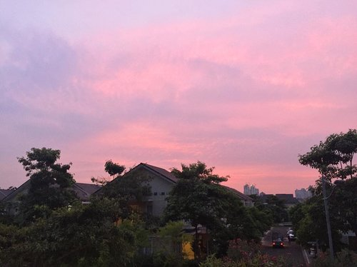 Purple pink morning!It's quite windy this morning and I enjoy the breeze so much 😍Happy hump day, everyone!...#morning #morningsky #instanature #instadaily #picoftheday #bestoftheday #clozetteid