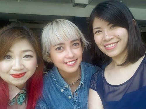 Taking picture with these two makes me want to change my hair color asap! I look so plain compare to them 😄#beautyblogger #beautybloggerid #indonesianbeautyblogger #sociollablogger #clozetteid #haircolor #hairinspo