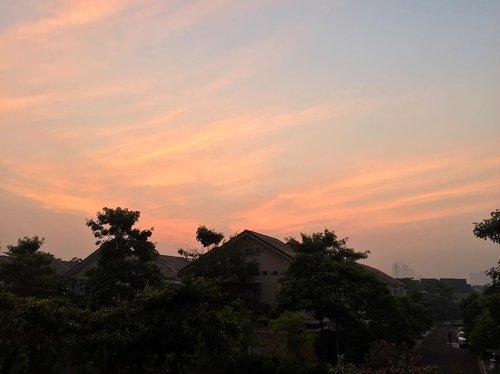 Marble sky! It's Friyayyyy!! Have a good day everybody 😘 . . . #morningsky #goodmorning #instanature #instadaily #iphoneography #clozetteid