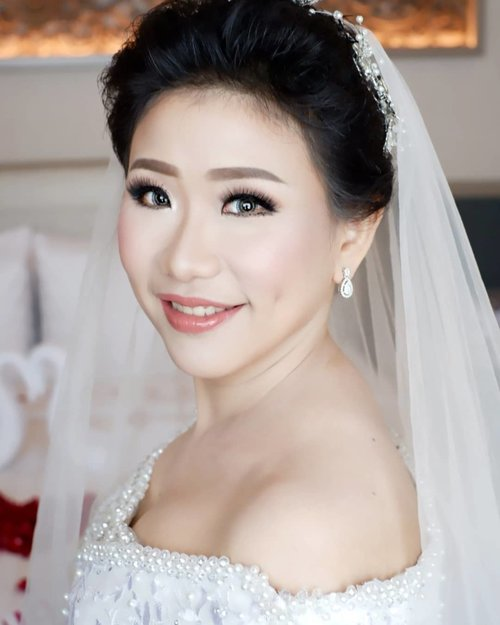 18.10.2018  Soft Makeup for The Wedding of Henry and Joice  Makeup by @shelleymuc @shelleyssebastian HairDo by @wendywidiarusso Gown by @hermansaharagown Venue @shangrilasub  #makeup #beauty #shelleymuc #surabaya #makeupartist #mua #shelleymakeupcreation #beforeafter #clozetteID #makeover #muasurabaya #muaindonesia #hairdo #soft #softmakeup #beautifulgirl #softsmokey #glammakeup #glamourmakeup #makeupartistsurabaya #surabayamakeupartist #correctivemakeup #monolid #monolidmakeup #bride #bridalmakeup #weddingmakeup