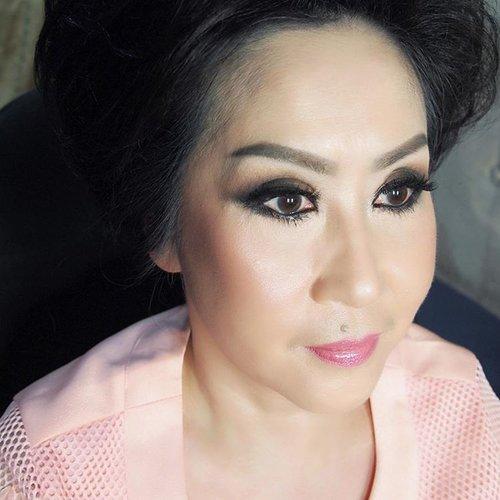 Glowing wet-look makeup for @lannytjahjanto  #makeup #beauty #shelleymuc #surabaya #makeupartist #mua #shelleymakeupcreation #beforeafter #clozetteID #makeover #muasurabaya #muaindonesia #hairdo #soft #softmakeup #beautifulgirl #softsmokey #glammakeup #glamourmakeup #makeupartistsurabaya #surabayamakeupartist
