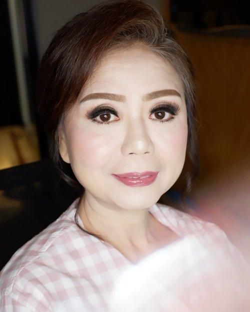 DEWI  Makeup by @shelleymuc @shelleyssebastian HairDo by @jiah_hairdo  #makeup #beauty #shelleymuc #surabaya #makeupartist #mua #shelleymakeupcreation #beforeafter #clozetteID #makeover #muasurabaya #muaindonesia #hairdo #soft #softmakeup #beautifulgirl  #makeupartistsurabaya #surabayamakeupartist #correctivemakeup #monolid #monolidmakeup #artisanpro #artisanpro3ans