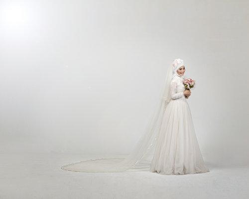 Ini foto waktu post wedding, bajunya sih dapet dari photo studionya, gw cuma bawa mansetnya aja, sengaja pake manset yang ada motifnya biar ga kelihatan manset :)
