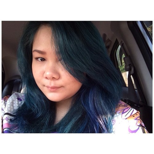 Good morning :D.  #hotd #hairoftheday #bluehair #greenhair #greenhairdontcare #colorhair #naturalmakeup #fdbeauty #clozetteid