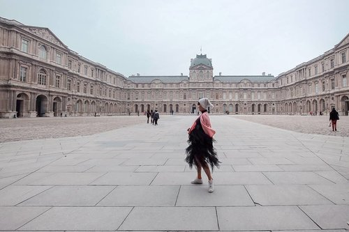 Dua kali hampir kena scam di tempat ini. (Untungnya kami masih sigap sedia untuk waspada dan terhindar dari marabahaya) #halah...Bangunan yang sebelahan sama Louvre, itutuh yang @schode_ juga udah foto di sana. 🤣.Masuk Louvre lewat Collonade de Perrault ini agak serem kalau sendirian, tempatnya terlalu sepi..Pingin cerita soal scamnya, tapi takut caption jadi kepanjangan. 💁♀️ #lyfe...Hai @ntapratama kadonya sudah dipakai 😘#Lingtrip#ootd#clozetteID#Parisinstyle #Paris#louvre #louvremuseum #tutuskirt