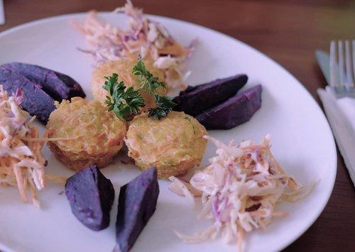 Waktu dikasih pilihan menu makan siang di @medifit.id saya sih cuma pilih yang kalorinya paling sedikit. Tapi ga taunya menu yang sepertinya ga penuh di piring ini cukup mengenyangkan lho. 😂 Crutless Carrot Quiche-nya padat, agak kurang asin tapi cukup enak sih buat lidah saya. . Menu lain dari #MedifitKitchen enak sih, buktinya hari itu ada yg sampai makan dua porsi 😂 #GetFit #GetHealthy #Foodie #LiveHealthy #healthyfood #ClozetteID