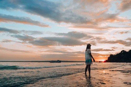"Sore ini ingin rasanya kembali bermain pasir dan berbasah-basahan sambil menikmati sunset.Rasanya rindu sekali dengan pantai dan udara bersihnya.Kalau kata teh @nitasellya ""Ke Bali yuk!""Ada let's go?#Sunset #Fujigenic #ClozetteID #LindaleenkOOTD"