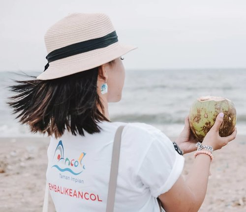 Tim pemuja es kelapa muda dan angin sepoi-sepoi pinggir laut. 🏝️  Btw aku habis #updateblog tentang jalan-jalan ke Ancol loh!  #Travelgram #Blogger #Ancol #ExploreJakarta #Summer #ClozetteID