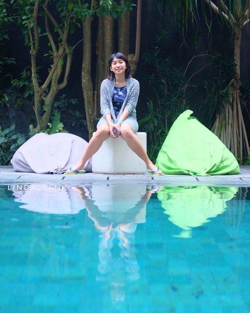 Muka mupeng pingin berenang tapi malas ke kamar ambil baju renang. Akhirnya cuma duduk bengong di pinggir kolam, eh ga bengong sih tapi pose! Sore itu tumben kolam renang ga laku, padahal biasanya pada berjemur dan main air. Mungkin karena adem ya, kan yg berjemur pinginnya bertemu sinar matahari. 😂 Oh iya tempatku menginap ini lumayan hits di Bali, pingin ditulis di blog tapi moodnya lg ga ada 🤔 #Bali #Lingtrip #summer #travel #wanderlust #traveltheworld #explore #travelgram #instatravel #traveltheglobe #travelblog #ootd #clozetteID