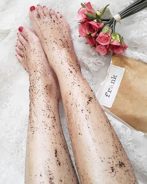Morniiing... dari kemarin post yang hitam hitam 😀  Do you like to scrub your body with coffee? Well this one is my fav!  Dulu banget waktu pertama lihat produk apa si ni? Kok kemasannya begini? Bagus ga ya? Kok banyak yang suka ya?  So what's this? This is the very well-known roasted and ground robusta coffee scrub from FRANK BODY Melbourne AUSTRALIA  It also contains brown sugar, sea salt and almond oil to help you to get softer and smoother skin.  This scrub is best! It leaves my skin soft and smooth and moist too..nagih pokoknya nagiiiih...beneran enak banget...apalagi buat coffee-lover 😁 bye bye dry skin!  Got this from @benscrub  #beautyisours #bodyscrub #muiskincare #skincare #frankbodyscrub #coffeescrub #pampering #metime #smoothskin #beauty #beautyblog #bblog #beautybloggerindonesia #indonesiabeautyblogger #bblogger #clozetteid #clozette #instabeauty #potd #picoftheday #like #like4like #blogger #bloggerlife