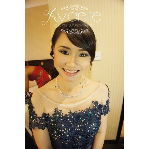 """Elegance is when the inside is beautiful as the outside"" Coco Chanel  #party #partymakeup by #muktilimmakeup #makeupkeluarga #familymakeup #mua #makeupartist #makeupartistjakarta #jktmua #jakartamua #jakartamakeupartist #bekasimua #bekasimakeupartist #muabekasi #makeupartistbekasi #bridalmua #bridal #bridalboutique #bekasibridal #bridaldibekasi #bridalbekasi #makeupartistkelapagading #muakelapagading #hairdo #hairstylist #clozetteid #clozettedaily #makeuplook #makeuplover #makeupjunkie"