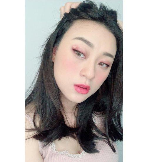 Semenjak potong rambut berasa enak banget, selain enteng jd gak perlu catok2an rambut uda lemes dan jatoh gt.. mungkin rambut dl yg rusak karna di bleaching berkali2nya udah abis kali ya.. tinggal nunggu aja nih rontoknya pas lahiran haha 😂😂 . . . . . . . . . . . . #haircut #clozetteid #selfie #hair #mediumhairstyles #hairstyles #makeup #beauty #koreanmakeup #뷰티스타그램 #머리스타일 #머리 #아이섀도우 #blushing #heart #curcol #morning