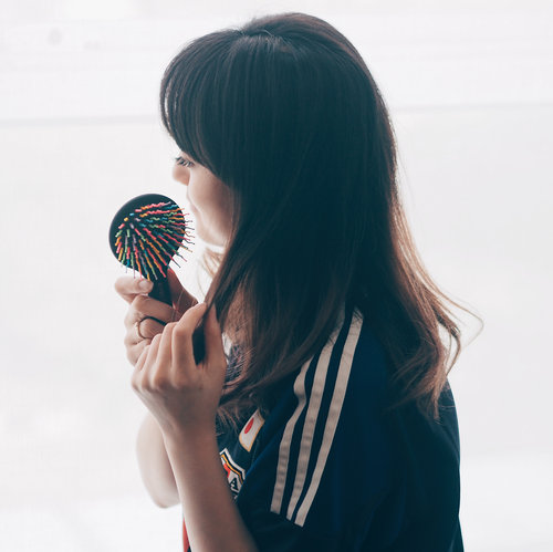 I found this cute hair brush from @eyecandy_co_kr @charis_celeb .. they have soft rainbow rubber yang gak nusuk kulit kepala pas kita nyisir.. Slide for more photos.. . . Get your own EYECANDY Rainbow Hair Brush here https://hicharis.net/hisafu/7zK .. . . . . . . . . . #hair #comb #hairbrush #brush #머리 #머리스타일 #머리카락 #sisir #rainbow #clozetteid #charisceleb #rambut