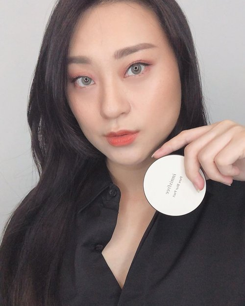 Try new Product from @innisfreeindonesia Pore Blur (slide to see the video and products, and story for unboxing).. . . First impression , powdernya sendiri lembut dan ringan (im using the pact one).. blm nyoba sampai seharian sih tp sejauh aku pake like 3 hrs cukup oke kok nahan minyak di TZone dan bisa di reapply klo udah berasa berminyak .. no color jd translucent, gak bikin makeup berantakan .. . . . . . . . . . . #trynewproducts #newproducts #pore #powder #firstimpression #beauty #skin #makeup #naturalmakeup #koreanmakeup #flawlessmakeup #뷰티스타그램 #셀카그램 #셀피그램 #clozetteid #innisfreeindonesia