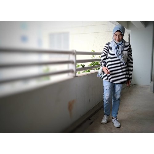 My current baju cuci-kering-pakai. Suka banget sama baju ini soalnya bahannya enak dan loose. Love it so much. 😍😊 _#ootd Hijab: @inforiamiranda #lenascarf #riamirandastyle Top: @jenaharaofficial #jenaharaxkiravol1 #stealjenaharastyle Jeans:@cottonink #cottoninkxyou _#rachanlie #lifestyleblogger #clozetteid