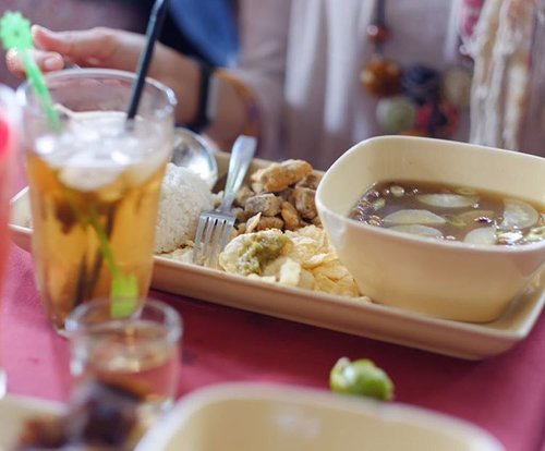 Many times eating Soto Bandung, yesterday was the first trying fried one.  Deep fried tender beef meat served with the soup. Best ever! . 📷 by @ifanishere . #clozetteid #lifestyle #instamoment #staycation #weekendgetaway #kotabaruparahyangan #experienceKBP #foodie #foodiegram #foodpost #foodporn #Bandung