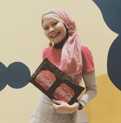 "<div class=""photoCaption"">Hello team clutch! Consider to bring this when walking at red carpet.One of @kertabumikliniksampah innovation in collaboration with @cocacola_id as part of @plasticreborn ..Dare to wear?.. <a class=""pink-url"" target=""_blank"" href=""http://m.clozette.co.id/search/query?term=instagood&siteseach=Submit"">#instagood</a>  <a class=""pink-url"" target=""_blank"" href=""http://m.clozette.co.id/search/query?term=clozetteid&siteseach=Submit"">#clozetteid</a>  <a class=""pink-url"" target=""_blank"" href=""http://m.clozette.co.id/search/query?term=ootd&siteseach=Submit"">#ootd</a>  <a class=""pink-url"" target=""_blank"" href=""http://m.clozette.co.id/search/query?term=hotd&siteseach=Submit"">#hotd</a>  <a class=""pink-url"" target=""_blank"" href=""http://m.clozette.co.id/search/query?term=lifestyle&siteseach=Submit"">#lifestyle</a>  <a class=""pink-url"" target=""_blank"" href=""http://m.clozette.co.id/search/query?term=beranimengubah&siteseach=Submit"">#beranimengubah</a>  <a class=""pink-url"" target=""_blank"" href=""http://m.clozette.co.id/search/query?term=recyclemorewasteless&siteseach=Submit"">#recyclemorewasteless</a>  <a class=""pink-url"" target=""_blank"" href=""http://m.clozette.co.id/search/query?term=indonesiabersihsampah2025&siteseach=Submit"">#indonesiabersihsampah2025</a>  <a class=""pink-url"" target=""_blank"" href=""http://m.clozette.co.id/search/query?term=indonesiakeren&siteseach=Submit"">#indonesiakeren</a>  <a class=""pink-url"" target=""_blank"" href=""http://m.clozette.co.id/search/query?term=juara&siteseach=Submit"">#juara</a>  <a class=""pink-url"" target=""_blank"" href=""http://m.clozette.co.id/search/query?term=upcycledclothing&siteseach=Submit"">#upcycledclothing</a></div>"