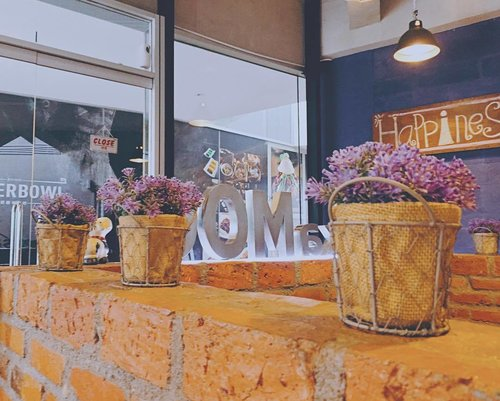 Who knew that lavender and exposed brick goes well together ... 💐🍁💐🍁💐🍁 #decorinspo #decor #decoration #inspiration #restaurantdecor #placestoeat #instacolors #clozetteid