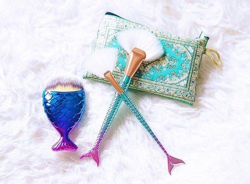 (#Newin) : Mermaid Brushes 🧜🏻♀️🧜🏻♀️ Yassss!! . . . . . . . #mainmakeup #haul #mermaid #mermaidbrush #bblogger #makeupbrushes #makeupgram #makeuptalk #clozetteid #beautyblogger #mermaidmakeup #prettylittlething