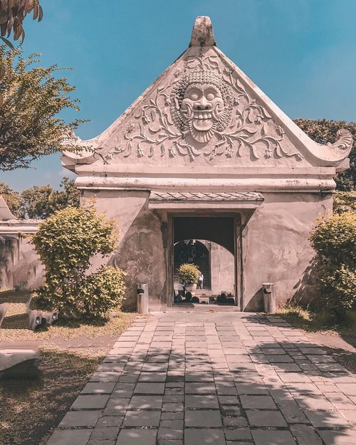 Went to Taman Sari in #Yogyakarta because the last time I went there was when I was a little child and didn't know much about history back then. So I wanted to come here again as an adult who loves history 🙃💙⁣⁣⁣⁣⁣⁣⁣.⁣#tamansari #tamansarijogja #explorejogja #yktripdiary #weekendgetaway #travelstory #sheisnotlost #clozetteid⁣