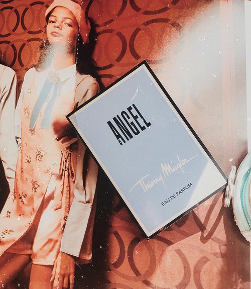 #Scentoftheday | Thierry Mugler Angel edp 💙.REVIEW:I first tried it on a hot sunny day and it didn't smell nice to me right then. People say this is better in winter. And whenever I wear it during colder weather it DOES seems to really smells better and actually really good!.The opening is a strong and sharp yet salty to my nose (love salty scent, reminds me a bit of Jo Malone Wood Sage & Sea Salt). Then after a while it turns into a spiced fruity fragrance with slightly powdery aroma. Followed with a sweet warm dry-downs..Overall a unique gourmand scent, and an oriental vanilla fragrance which I think would be nice for this cold rainy season 🌧⛈💦.....#fragranceoftheday #fraghead #perfumereview #smellgood #fragrantica #perfumeblog #mugler #thierrymuglerangel #ykperfumecoll #perfumeoftheday #beautycommunity