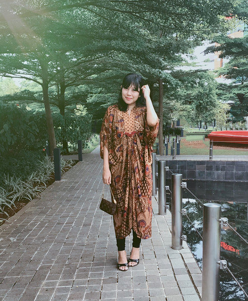 Sisa foto #batikootd kawinan kapan hari 😁 | {#dibuangsayang} Btw barusan pulang abis ketemuan skalian makan malam bersama, and too tired to edit new photos, so i'm posting older photo instead 😬 . . . . . . . . #postthepeople #lookbooknu #currentlywearing #데일리룩 #오오티디 #셀스타그램 #셀카 #셀피 #realoutfitgram #batikstyle #aboutalook #petitestyle #clozetteid