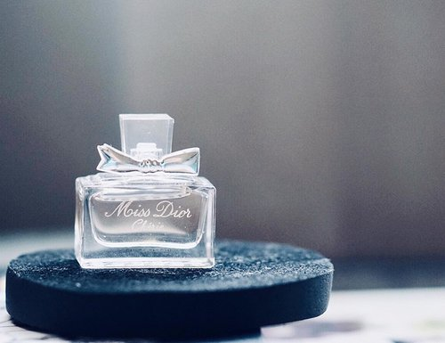 #scentoftheday | Miss Dior Cherie 🕊This is the older version of the newer Miss Dior. Just look at that pretty bottle with a bow! 🎀.The top notes include wild strawberry leaves and green tangerine. Middle notes feature caramel popcorns with violet and pink jasmine. And the base notes are fresh patchouli leaves and crystalline musk. (*Fragrantica)..To me this smells fresh and sparkly when first sprayed. It has that vibrant quality to it (probably from the tangerine). Then it slowly changed into something much softer. Like a sweet feminine girl scent, with a little powdery aroma. Although the scent is pretty much soft and subdued towards the end but this one lasts long on my skin, so thumbs up for anything that lasted on me for more than 5 hours, LOL. 😀......#fragranceoftheday #perfumecollection #perfumelovers #fraghead #fragrancelover #fragrantica #profumo #smellgood #ykperfumecoll #miniaturemonday #miniperfume #perfumeoftheday #perfumista #clozetteid #fdbeauty #indobeautysquad #perfumecollector #missdiorcherie
